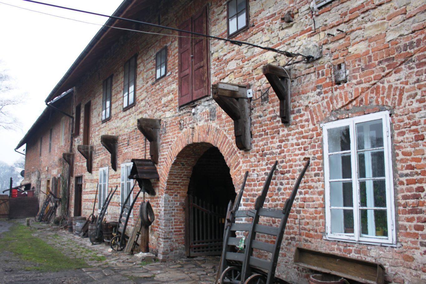 ZESPÓŁ ZABUDOWAŃ PODWORSKICH W BOBRKU, fot. J. Nowostawska-Gyalókay (MIK, 2014) CC BY SA 3.0